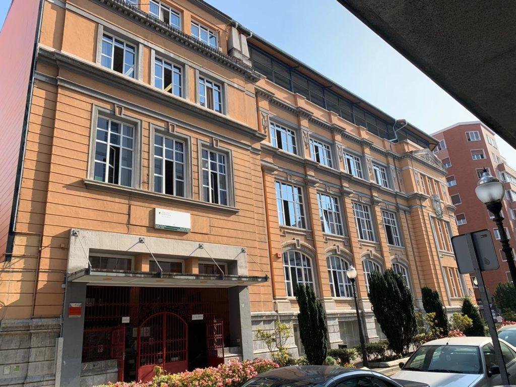 La escuela Cervantes con sus ventanas abiertas una mañana cualquier en este mes de septiembre de 2020.