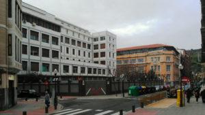 En primer plano el edificio recientemente renovado de la escuela de magisterio BAM que el obispado de Bilbao quiere demoler, al fondo el colegio público Cervantes.